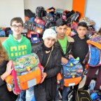 Die drei geflüchteten Geschwister aus Afghanistan freuten sich über die Hilfsbereitschaft (v.l. Vivien Scott, Julius Guenther (beide SV), die drei Geschwister aus Afghanistan sowie Theresa Hübsch (SV).